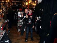 Sich schliessende Generationskreise. Autor Danny B Helm & Lesungsbesucherin Kim @ Idiots Records, Dortmund (6.12. 2.013)